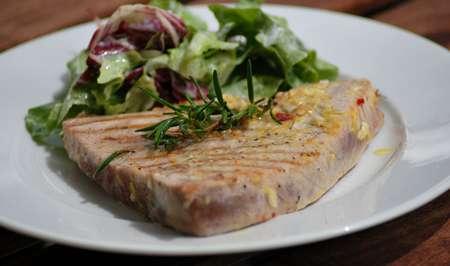 thunfischsteak mit salat