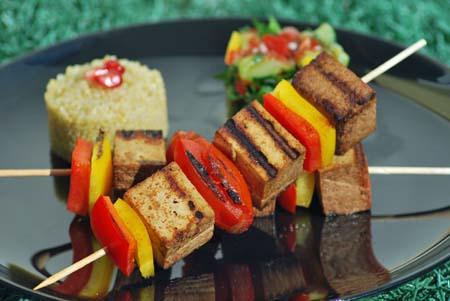 Tofuspieße mit Qunioa und Gurkensalat