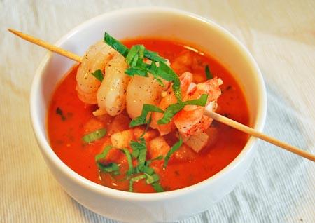 tomatensuppe mit garnelen und zimtcroutons