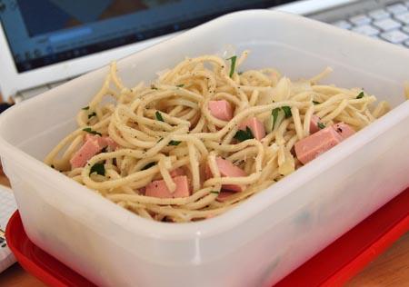 nudelsalat mit wurst und parmesan