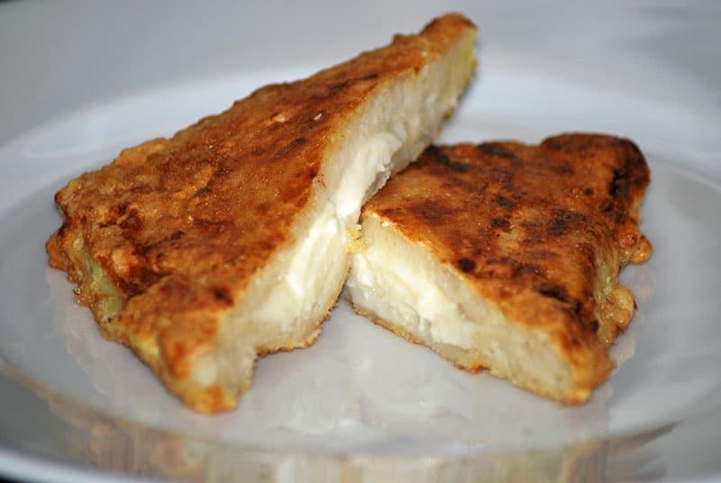 Überbackener Mozzarella-Toast mit flüssigem Kern