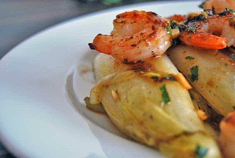 Chicoree mit Garnelen als einfaches Mittagessen