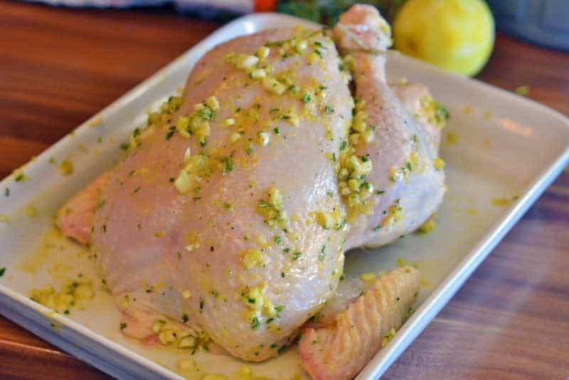 Das eingeriebene Huhn wartet auf das Backrohr