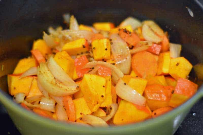 Das Gemüse in einem Topf anbraten