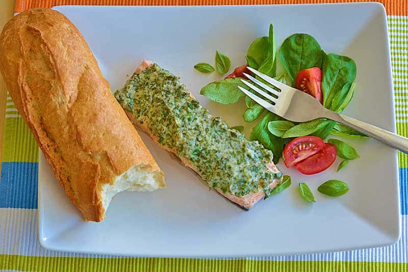 Kräuter-Lachs im Ofen mit Salat