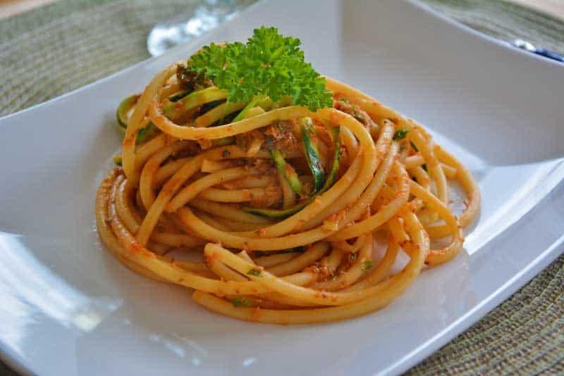 Spaghetti mit Sardinen mit Petersilie garniert