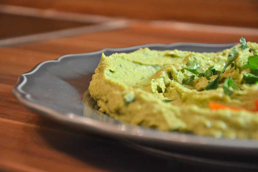 Fertig angerichteter Avocado Hummus
