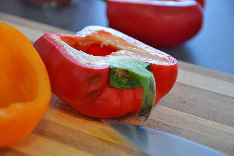 Halbierte rote Paprika für Einfaches Hühnercurry