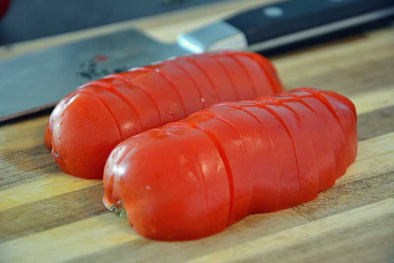 Tomaten schneiden für Pasta al tonno