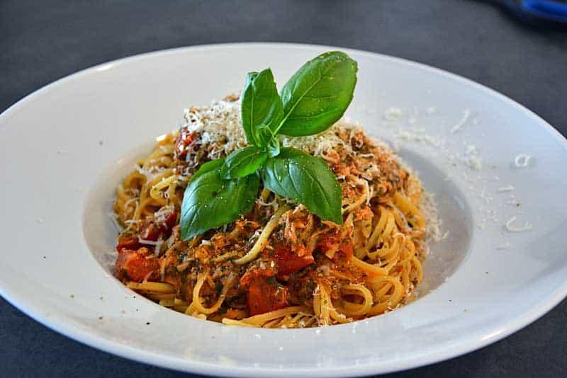 Pasta al tonno mit Parmesan und Basilikum. Ein einfaches Abendessen für die ganze Familie