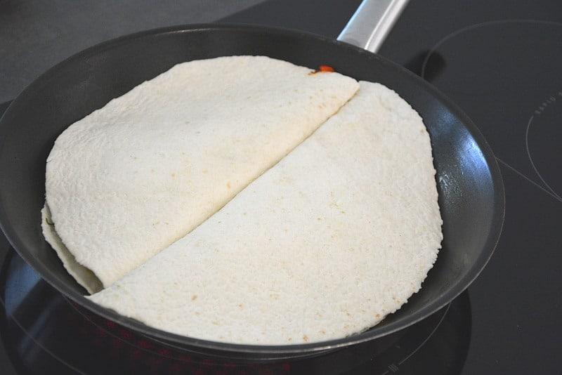 Die Avocado-Bohnen-Quesadillas sind schon fast fertig