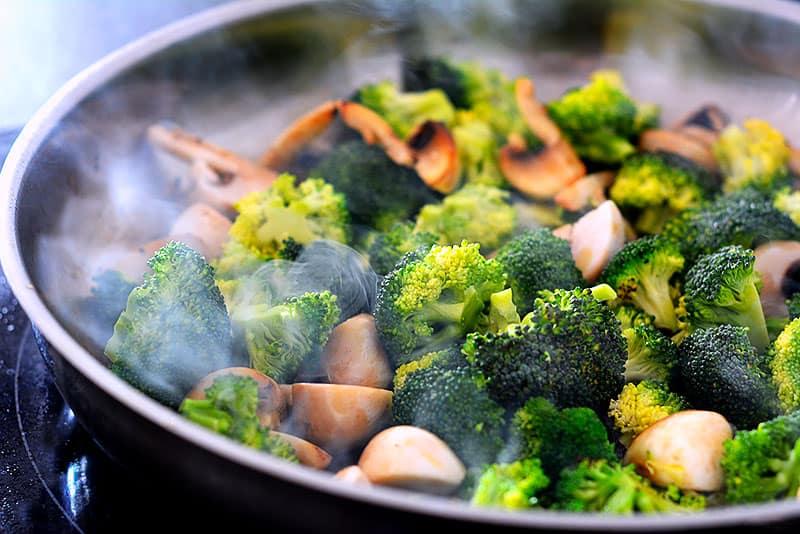 Alle Zutaten in der Pfanne anbraten für Hähnchenpfanne mit Brokkoli