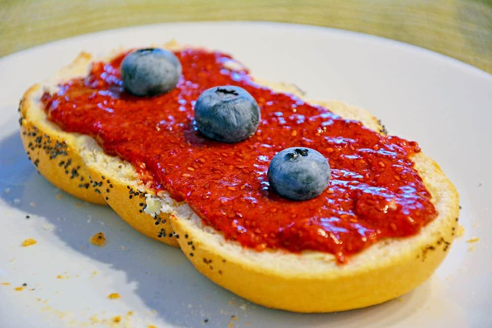 Die Erdbeermarmelade ohne Zucker macht sich toll auf deinem Frühstücksbrot. Herrlich einfach und gesund.