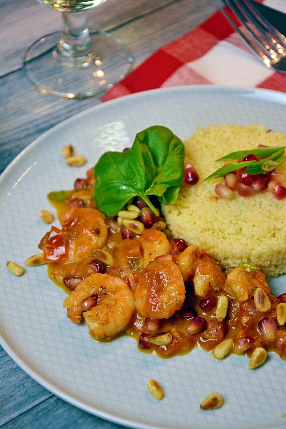 Lust auf Garnelen? Dann lies dieses Rezept für Garnelen in Granatapfel-Tomatensauce. Exotisch mediterran und einfach schnell zu kochen.