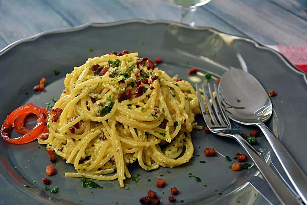 Spaghetti Carbonara sind ein schnelles italienisches Rezept für aromatische Pasta. Ein Muß für alle Italien-Fans.