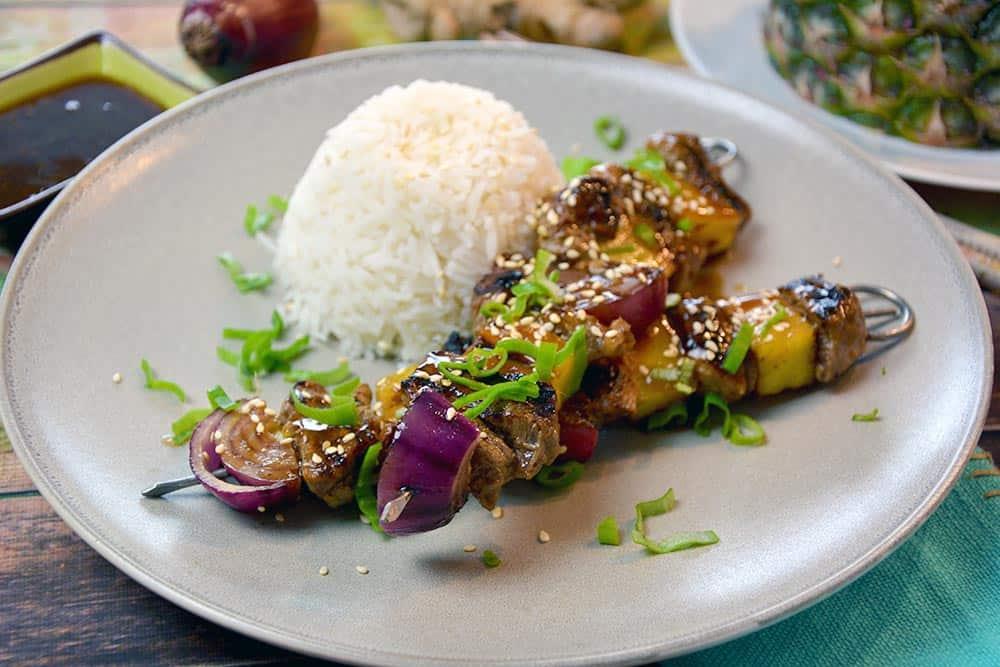 Ein schnelles Mittagessen. Teriyaki Rindfleisch Spieße mit Reis kann jeder und lässt sich auch mit Fisch, Geflügel oder nur mit Gemüse selber machen.