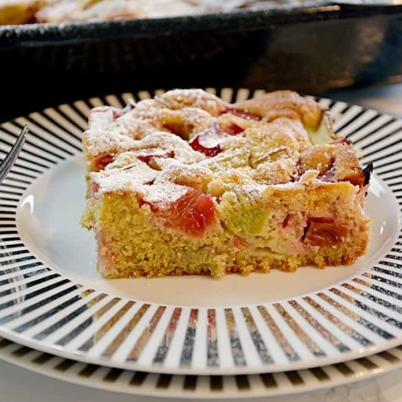 Schnelles Rezept für einfacher Rhabarberkuchen vom Blech. Vielleicht nicht gesund, aber Omas Rührteig ist mit Vollkornmehl. Saftiger Blechkuchen. Nur 9 Zutaten!