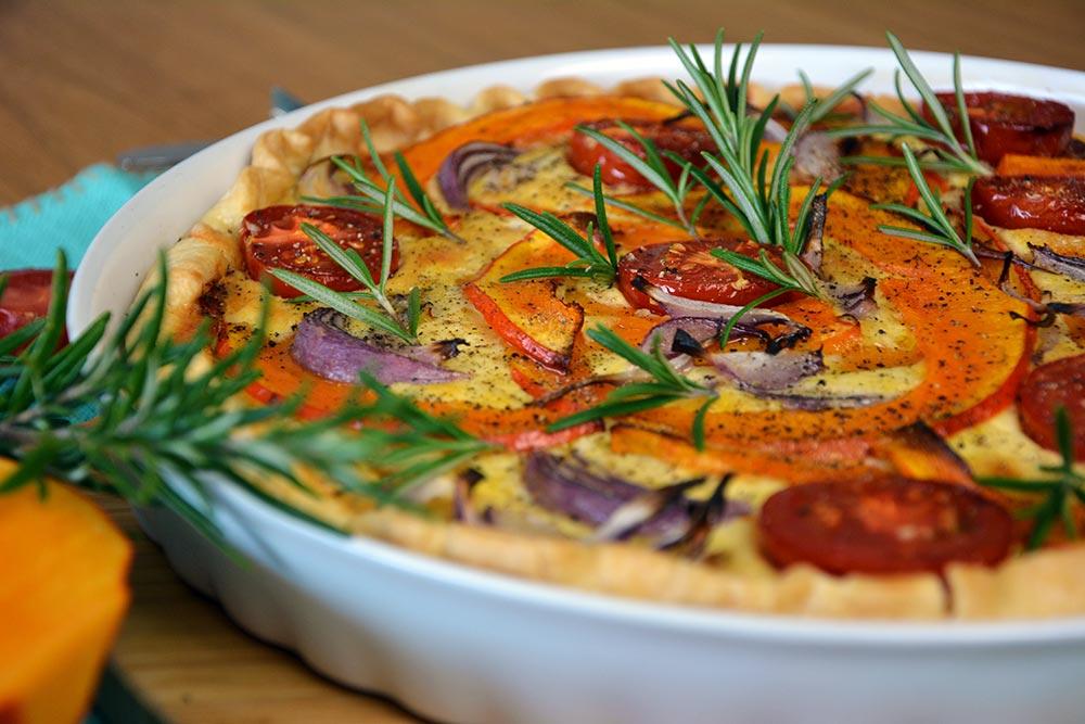 Lust auf Kürbis? Dieses Rezept für Kürbisquiche mit Zwiebel und Bergkäse ist genau das Richtige. Einfach und schnell gemacht kommt sie aus dem Ofen. Tolle Mittagessen oder Abendessen für die ganze Familie. Vegetarisch!