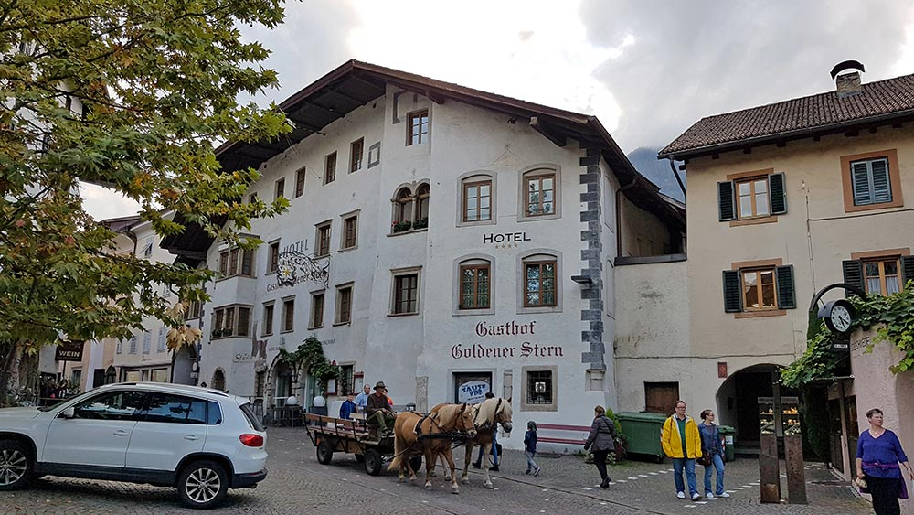 Für Wellness in Südtirol haben wir uns in Kaltern den modernen Gasthof Goldener Stern direkt im Zentrum ausgesucht. Tolle Lage, super Zimmer.