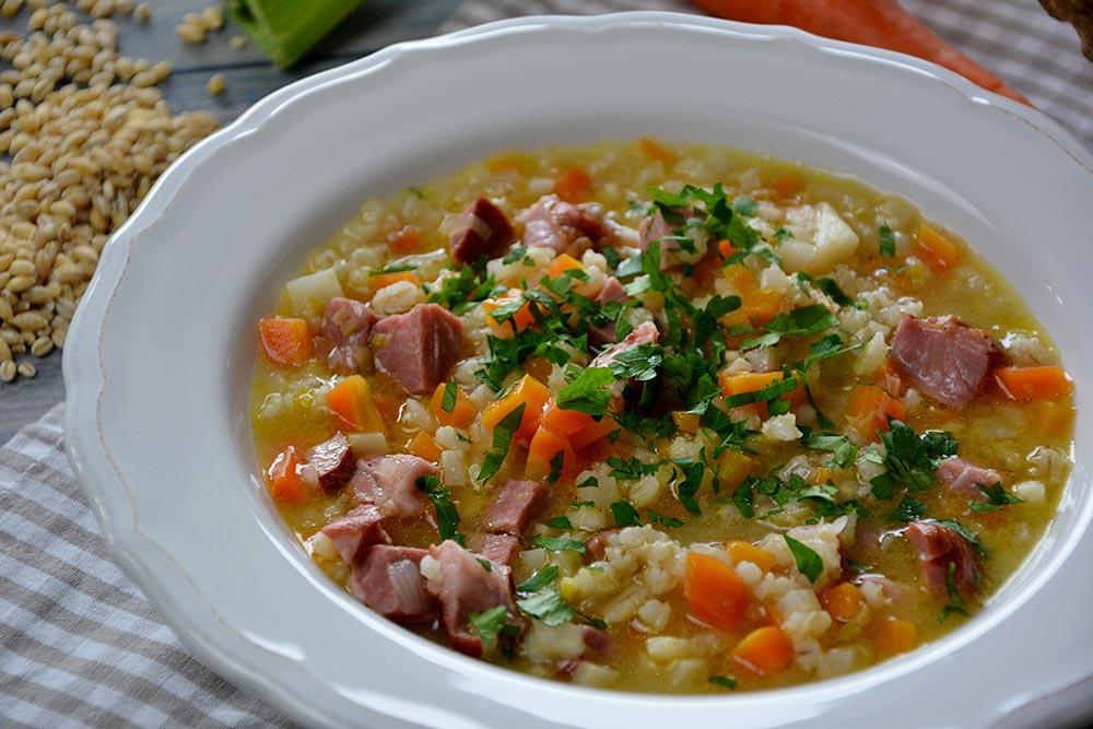 Ein einfaches und günstiges Rezept für Tiroler Gerstlsuppe mit Geselchtem. Schon für meine Oma war diese Suppe genau das richtige  an kalten Tagen.