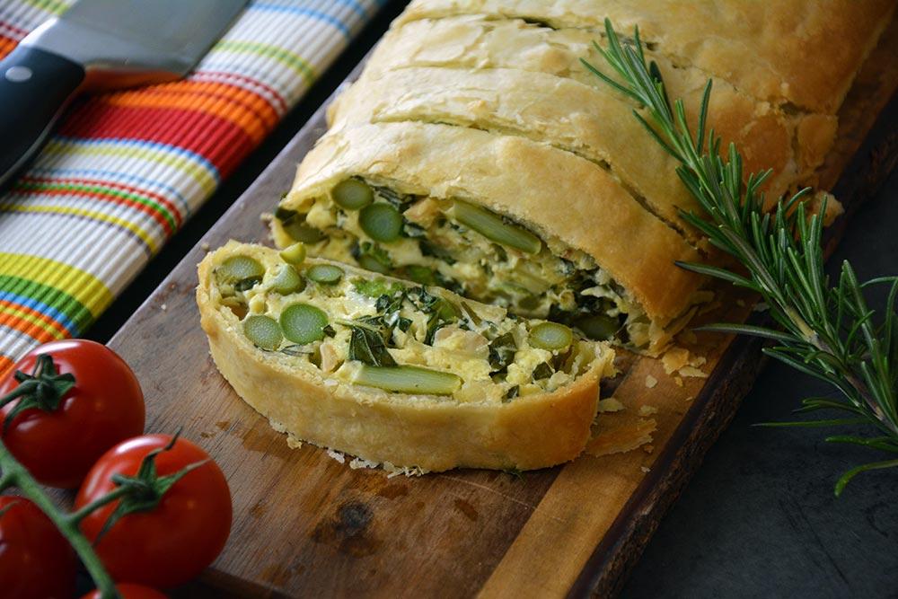 Rezept für einen einfachen Spargelstrudel mit Mozzarella und Topfen. Dieses Spargelgericht kommt einfach in den Ofen und lässt sich auch gut aufwärmen.