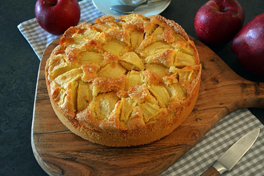Ein versunkener Apfelkuchen ist der perfekte Kuchen im Herbst zur Apfelernte. Geht auch mit Birnen.