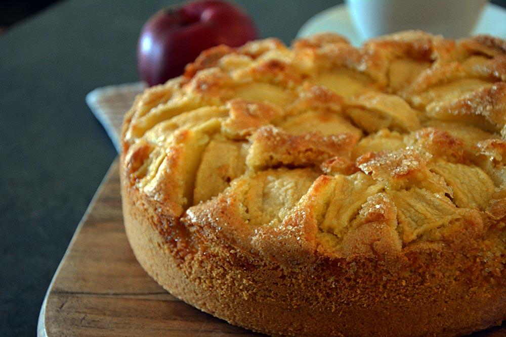 Saftiger und teigiger Apfelkuchen mit Rührteig. Oma könnte ihn nicht besser machen. Geht schnell und einfach.