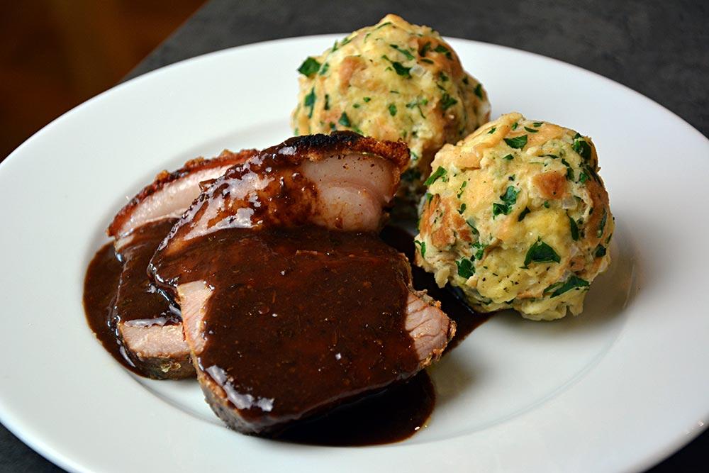 Ein Rezept für Bayerischen Schweinebraten mit Kruste. Dazu passen perfekt ein paar Semmelbrösel.